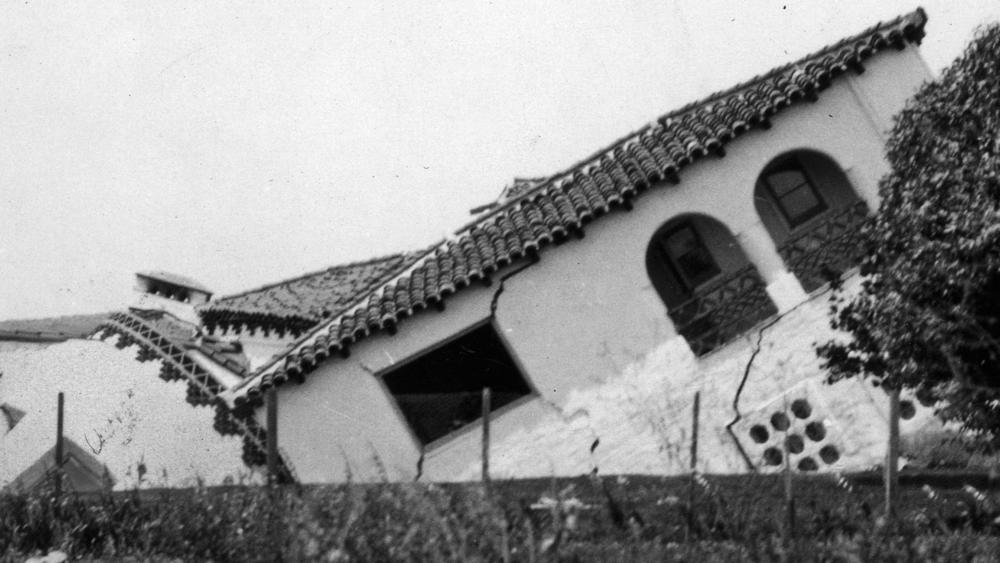 1933-03-10-home-destroyed-by-earth-slippage-in-san-clemente-after-massive-earthquake-that-killed-120-people-that-usgs-now-thinks-was-caused-by-oil-drilli